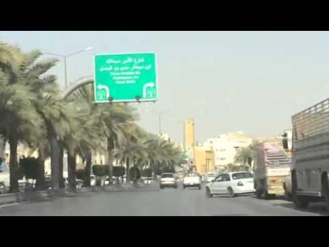 قائد شاحنة متهور يقطع الإشارة المرورية بجنوب الرياض