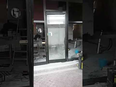 Installazione e funzionamento porta con pompa a pavimento
