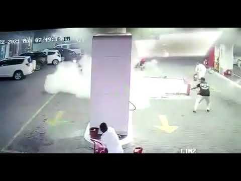 بالفيديو .. كاميرا مراقبة توثق لحظة اصطدام امرأة بمحطة وقود بجدة