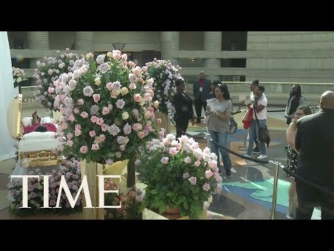 Aretha Franklin Lies In Gold-Plated Casket At Public Viewing | TIME
