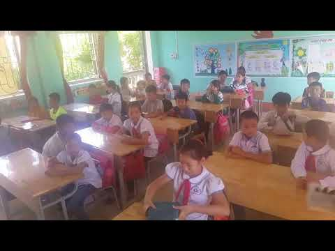 Học sinh lớp 5B trải nghiệm gấp áo khoác tháng 10/2019