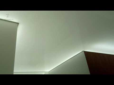 Podświetlany sufit napinany w salonie