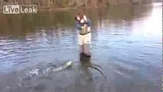 Рыбачка, одну рыбу впоймала, остальных на километр распугала.