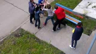 Смотреть онлайн Жестокая уличная драка пьяных русских