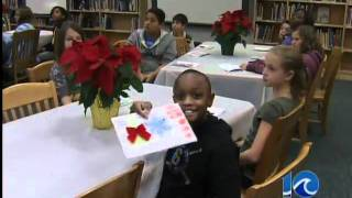 Students make holiday cards for troops