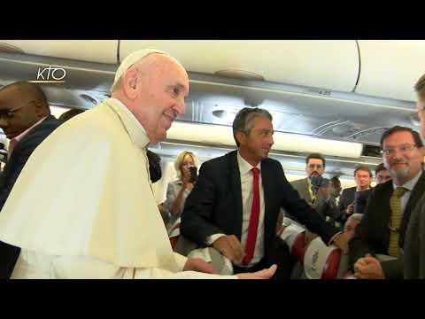 Le Pape dans l'avion: le récit et les images