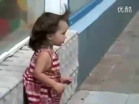 Video des Tages: Kleiner Junge versucht kleines Mädchen zu küssen | Video des Tages