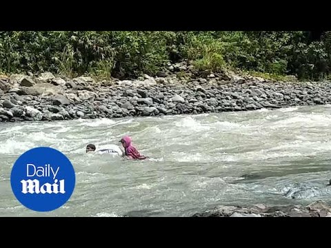 شاهد : معلمون يعبرون 14 نهراً سباحة يومياً للوصول إلى مدرستهم في الفلبين