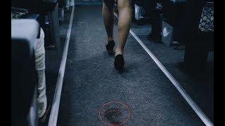 和尚刚上飞机,就发现空姐不对劲,她身后竟跟着一双血脚印!
