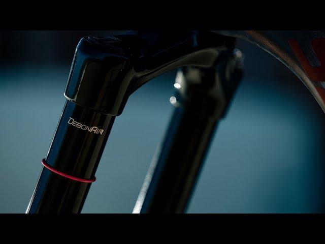"""Видео Вилка RockShox BoXXer Select Charger RC - 27.5"""", 20x110 Thru Axle, 200mm DebonAir черно-серебристая"""