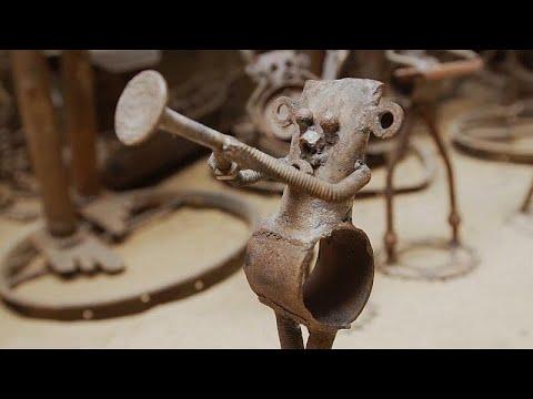 العرب اليوم - شاهد: فنان سنغالي يحوِّل قطع الدراجات القديمة إلى منحوتات فنية