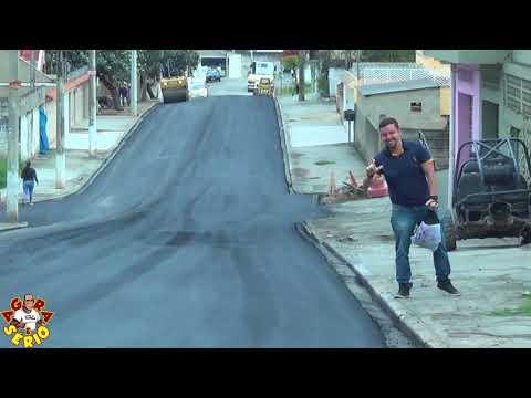 Léo da Jk faz o gesto do L de Lula e Aprova o asfalto do prefeito Ayres Scorsatto