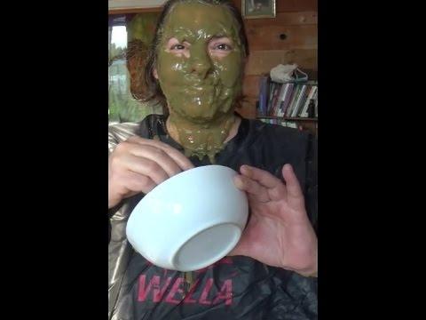 Lhuile de foie de morue du masque sur la personne