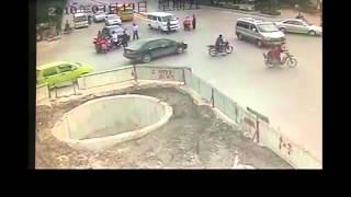 Смотреть онлайн Китаец-мотоциклист таранит всех подряд