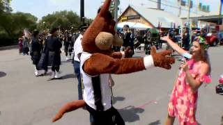 Spurs Coyote joins Sarah Forgany live at Battle of Flowers parade
