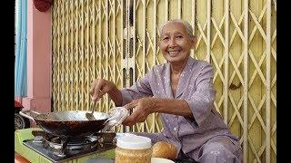 Bà ngoại 74 tuổi bán bánh mì vỉa hè trò chuyện với khách Tây bằng 2 thứ tiếng