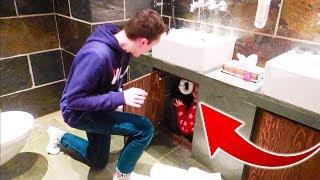 Cache-cache Dans Une Salle De Bain !