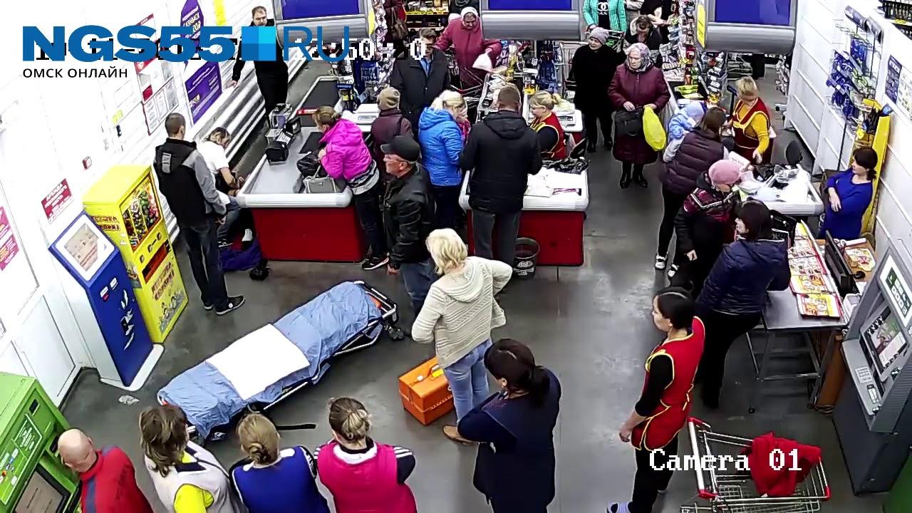 В Омской области женщина родила у кассы магазина