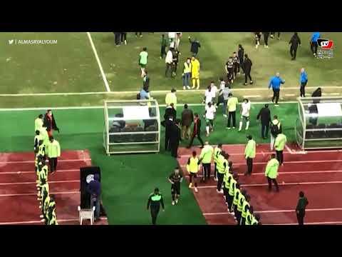 مشادة بين أبوالسعود حارس المصري والحكم بعد انتهاء المباراة و تحية الجماهير للاعبي الزمالك