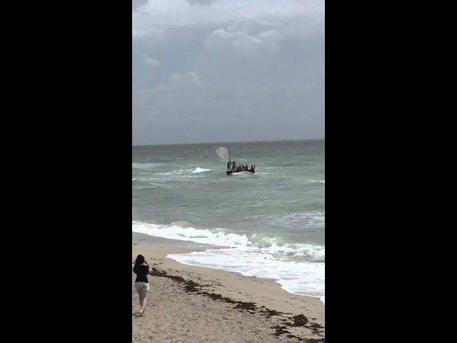 لحظة وصول قارب محمل بمهاجرين غير شرعيين إلى الولايات المتحدة