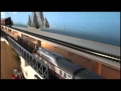 Modellbahn unter der Decke, hier als Film, aufgenommen mit einer Sony Foto DSC-HX1
