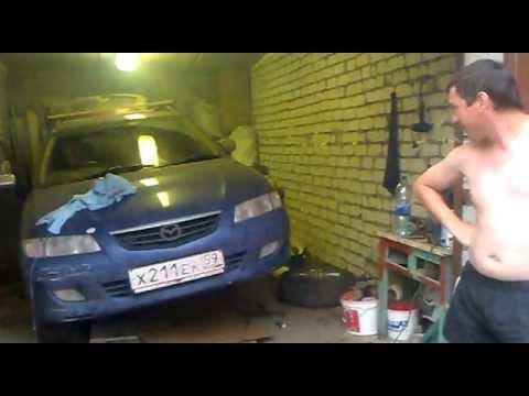 Aus dem Wagen haben das Benzin zusammengezogen was zu machen