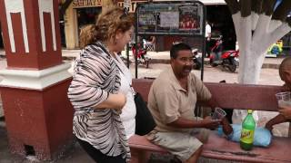 La palomilla toma aguamiel en la plaza de Cotija, Michoacán