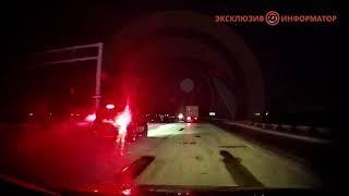 На трассе под Днепром Acura столкнулась с военным грузовиком и вылетела в кювет. ВИДЕО