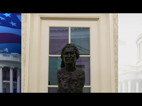 Local artist's Rosa Parks statue on display in Oval Office