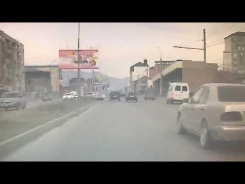 Из-за сильного ветра рекламный щит упал на автомобиль