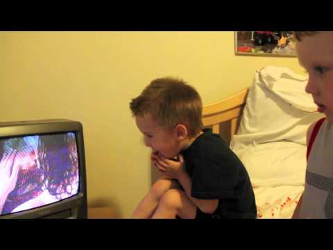 Khi trẻ em xem cảnh hôn nhau