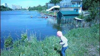 Детские радиоуправляемые лодки на реке Children