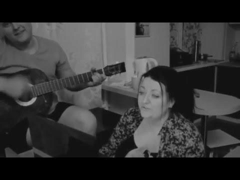 Нереально красивая песня под гитару,красивый голос!!