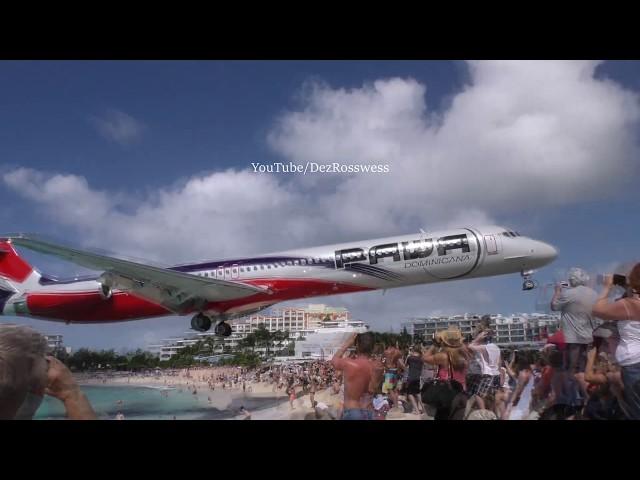 طائرة تحلق بالقرب من رؤوس المصطافين في أحد شواطئ الكاريبي