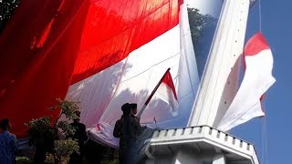 Pengibaran Bendera Raksasa di Masjid Al-Akbar Diwarnai Insiden Nyangkut dan Terlilit Tali