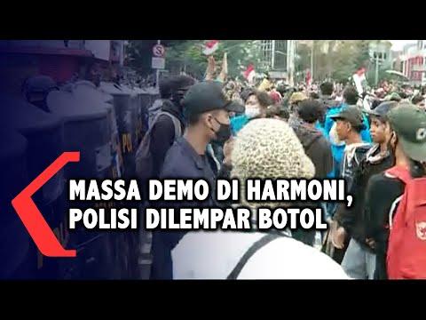 massa demo tolak omnibus law di harmoni ricuh polisi dilempari botol
