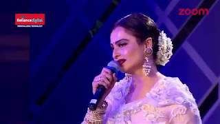 Rekha standing ovation for Amitabh Bachan at  the Filmfare Style And Glamour Award 2017