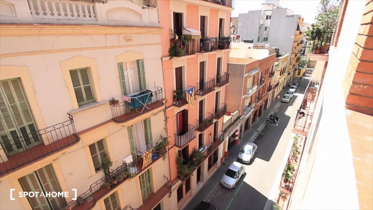 Big room with built-in wardrobe in 2-bedroom apartment, Gràcia