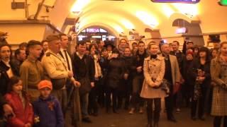 Смотреть онлайн Флешмоб в метро люди поют песню победы