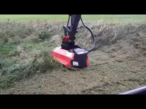 Mulcher mit hydraulischem Antrieb an einem Bagger