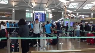 Công Phượng ngã bổ nhào khi đẩy hành lý rời Hàn Quốc sang Malaysia dự SEA Games