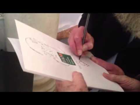 Lawrence Weiner firma il suo ritratto