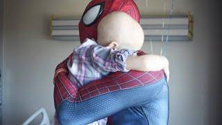 """Si veste da Spiderman per fare visita ai bimbi malati: """"Farò tornare il sorriso sui loro volti"""""""