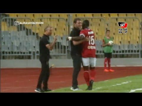 «ديانج» يحتفل عقب إحرازه هدفه الأول مع الأهلي.. و«فايلر» يستقبل اللاعب بالأحضان