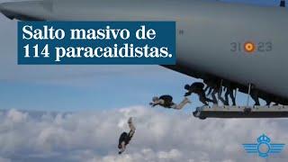 Más de 100 paracaidistas del Ejército del Aire hacen un salto masivo