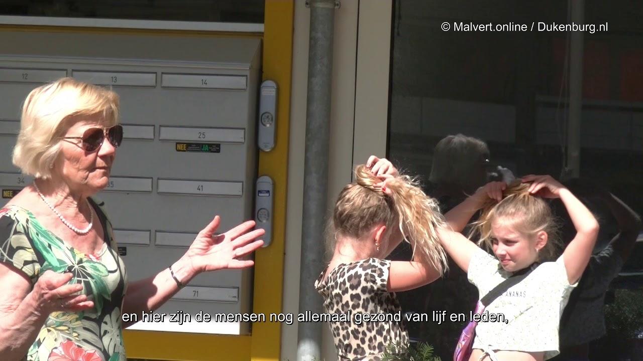 Senna en Audrina uit Malvert knutselen voor ouderen in Tolhuis