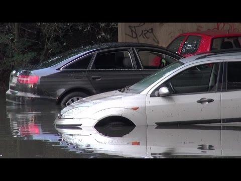 [HOHER SACHSCHADEN] - Unterführung lief nach Starkregen voll - Mehrere Totalschäden - Düsseldorf