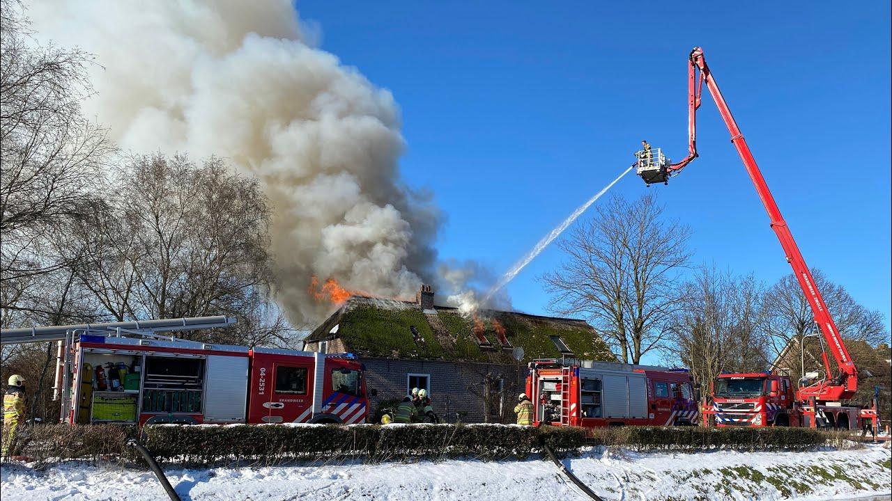 Uitslaande brand verwoest woning met rieten dak in Elshof