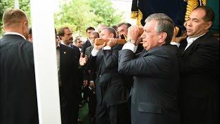 Ш.Мирзиёев, Р.Азимов ва Э.Рахмон Президентнинг тобутини жанозадан сунг биринчи булиб кутардилар.