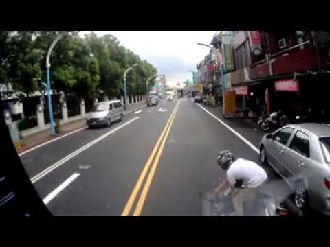 騎車的時候還在滑手機 你死就算了撞死人怎辦 !